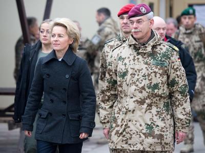 Bundesverteidigungsministerin, Ursula von der Leyen (CDU) im Feldlager Camp Marmal der Bundeswehr in Masar-i-Scharif in Begleitung von Generalmajor Jörg Vollmer. Foto: Maurizio Gambarini