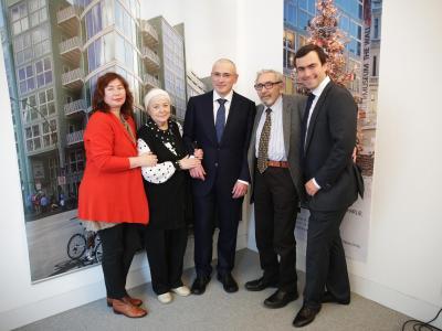 Michail Chodorkowski (M)mit seiner Mutter Marina (2.v.l.), seinem Vater Boris (2.v.r.), seinem Sohn Pawel und seiner ersten Frau Jelena. Foto: Michael Kappeler