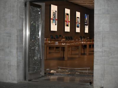 Zerstörter Eingangsbereich des Apple Stores inBerlin. Foto: Oliver Mehlis