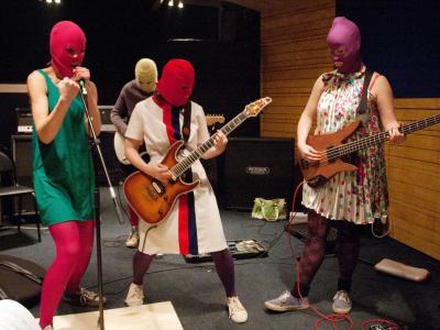 Pussy Riot bei einer Probe in ihren charakteristischen Wollmasken. Foto:Anna Volkova/Archiv