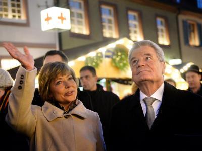 Bundespräsident Joachim Gauck und seine Lebensgefährtin Daniela Schadt auf dem Weihnachtsmarkt. Foto: Franziska Kraufmann