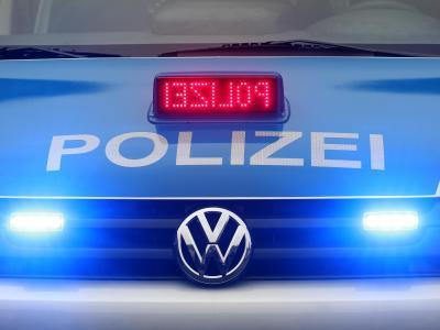 Ein Polizeiwagen im Einsatz Foto: Roland Weihrauch/Archiv