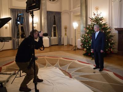 Bundespräsident Joachim Gauck präsentiert sich im Schloss Bellevue bei der Aufzeichnung der Weihnachtsansprache. Foto: Michael Kappeler