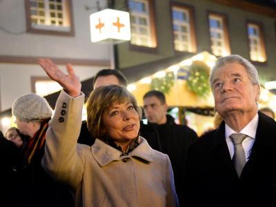 Bundespräsident Joachim Gauck und seine Lebensgefährtin Daniela Schadt gehen über den Weihnachtsmarkt. Foto: Franziska Kraufmann