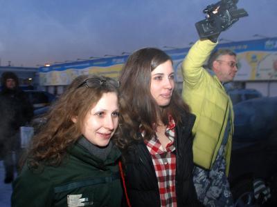 Pussy Riot Mitglieder Nadja und Mascha sind zum ersten Mal seit zwei Jahren wieder zusammen. Foto: ITAR-TASS/ Viktor Khrebtov