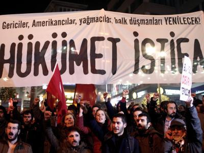 «Hükümet Istifa»:Demonstranten in Istanbul fordern die komplette Erdogan-Regierung zum Rücktritt auf. Foto: Sedat Suna