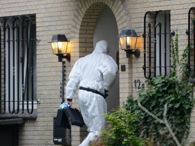 Ein Mann von der Spurensicherung geht in Gütersloh in das Haus, in dem zwei Tote gefunden wurden. Foto: Caroline Seidel