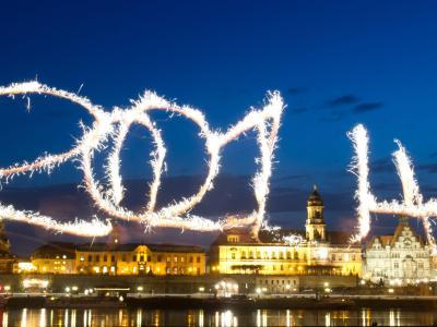 Die Jahreszahl 2014 wird mit Wunderkerzen vor der beleuchteten Stadtkulisse von Dresden geschrieben. Foto: Sebastian Kahnert