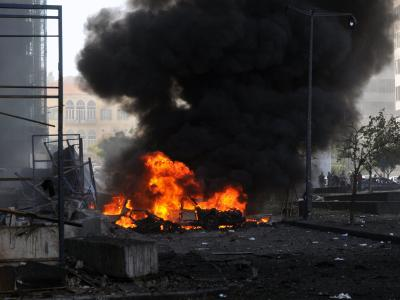 Nach der größeren Explosion steigen Flammen und Rauch auf. Foto: Samir Talih