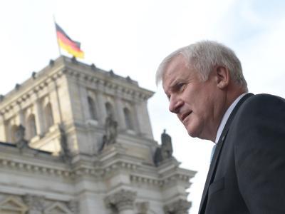 Horst Seehofer, CSU-Chef und Ministerpräsident von Bayern, vor dem Reichstagsgebäude in Berlin. Foto: Rainer Jensen