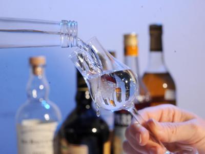 Zum Jahreswechsel fordert die Deutsche Hauptstelle für Suchtfragen effektivere Maßnahmen gegen Alkoholmissbrauch. Foto: Bernd Weißbrod/Illustration.