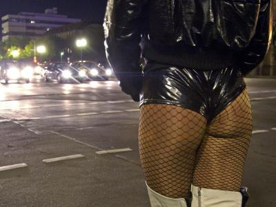 Eine Prostituierte wartet an einer Straße auf Freier: Die CSU will die Prostitution von Frauen unter 21 verbieten lassen. Foto: Tim Brakemeier/Archiv