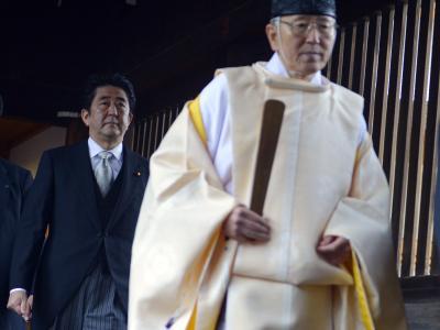Japans Ministerpräsident Abe bei seinem Besuch im Yasukuni-Schrein für die Kriegstoten. Foto: Franck Robichon