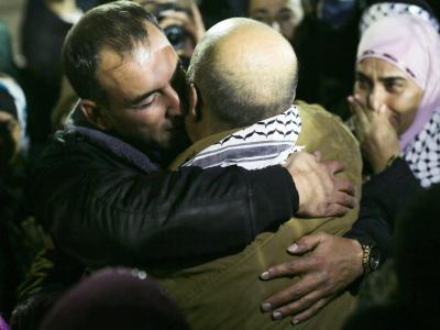 Ein Freigelassener wird in Ramallah von Verwandten begrüßt. Foto: Atef Safadi