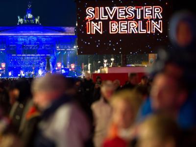 Menschenmassen feiern auf der Silvesterparty am Brandenburger Tor in Berlin. Foto: Ole Spata
