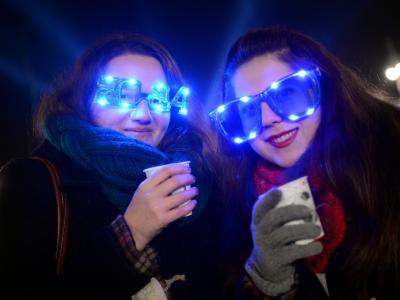 Die Engländerinnen Matea (l) und Mikaella feiern auf der Silvesterparty am Brandenburger Tor in Berlin. Foto: Britta Pedersen