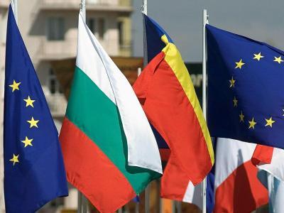 Die Flaggen von Rumänien (r) und Bulgarien neben Flaggen der EU. Foto: Vassil Donev