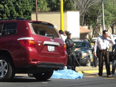 Die abgedeckte Leiche eines Mordopfers in Mexiko. Die Zahl der Morde ist 2013 zurückgegangen - liegt aber immer noch bei über 10 000. Foto: epa/STR