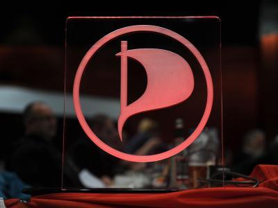 Das in eine Glasscheibe eingravierte Logo der Piratenpartei. Foto: Caroline Seidel