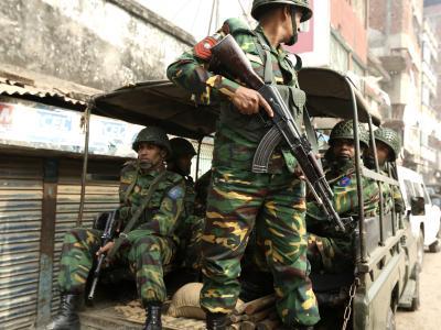 Soldaten unweit eines Wahllokals. Vor und während der Wahl gab es immer wieder gewalttätige Auseinandersetzungen. Foto: Abir Abdullah