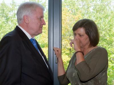 Horst Seehofer und Ilse Aigner streiten darüber, ob die Energiewende auf Pump finanziert werden sollte. Foto: Peter Kneffel/Archiv
