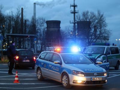 Die Explosion in einer Kölner Raffinerie führt für einen Großeinsatz von Feuerwehr und Polizei. Foto: Oliver Berg