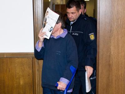 Dem Mann aus dem hessischen Kreis Groß-Gerau wird vorgeworfen, gutgläubige Menschen um rund 83 000 Euro erleichtert zu haben. Foto: Daniel Bockwoldt/Archiv