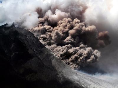 Nordsumatra: Der Vulkan Sinabung spukt weiter Asche aus. Foto: Ade Sinuhaji