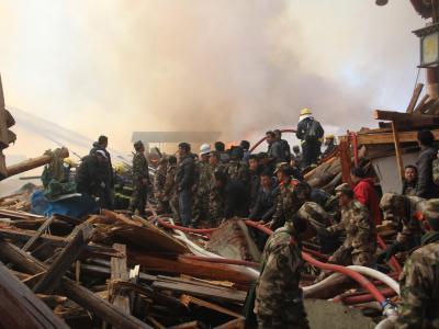 Ein gewaltiges Feuer vernichtet Teile der historischen Stadt Dukezong. Foto: Li Shanming