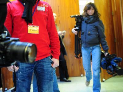 Pressevertreter verlassen auf dem Parteitag der Hessischen AfD den Saal. Die Mitglieder hatten zuvor dafür gestimmt, die Medien für einen Tagesordnungspunkt auszuschließen. Foto: Daniel Reinhardt