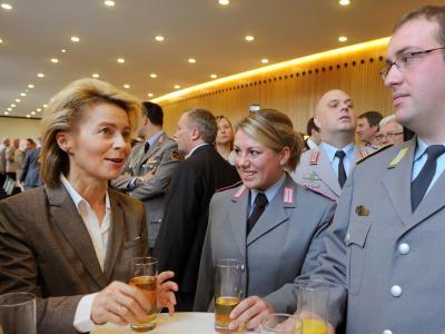 Ursula von der Leyen spricht am 9. Januar im Landtag in Hannover mit Soldaten der 1. Panzerdivision. Foto: Holger Hollemann