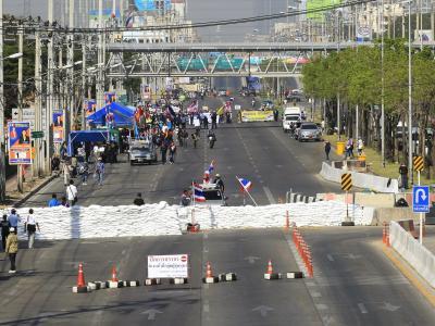 Hier ist eine Hauptverkehrsader in Bangkok gesperrt. Foto: Narong Sangnak