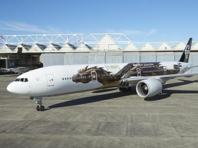 Eine Boeing 777-300 der Air New Zealand, bemalt mit dem Drachen Smaug aus dem Hobbit-Film. Foto: Air New Zealand