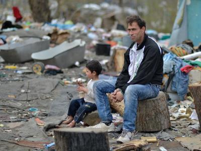 Der Bewohner Sejfedin mit seinem Sohn in der Roma-Siedlung Belvil in Belgrad. Foto: Britta Pedersen/Archiv