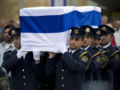 Israelische Soldaten tragen in Jerusalem vor der Knesset, dem israelischen Parlament, den Sarg von Ariel Scharon. Foto: Daniel Naupold
