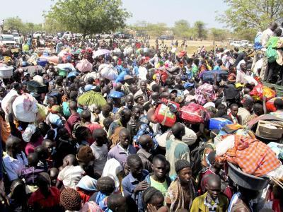 Flüchtlinge warten vor der UN-Mission im Südsudan in Bor. In dem Krisenland sind bei einem Fährunglück vermutlich mehr als 200 Flüchtlinge ertrunken. Foto: Hailemichael Gebrekrstos/UNMISS/epa/Archiv
