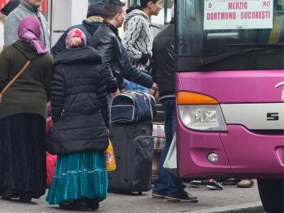 Männer, Frauen und Kinder warten am Hauptbahnhof in Frankfurt am Main auf einen der täglichen Linienbusse nach Rumänien. Foto: Boris Roessler