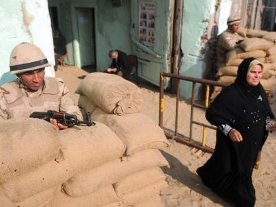 Eine Ägypterin verlässt ein schweer bewachtes Wahllokal. Foto:Fouad Garnousy/Almasry Alyoum