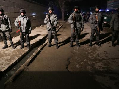 Afghanische Polizei sichert den Anschlagsort ab. Foto: S. Sabawoon