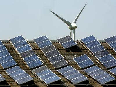 Von bisher durchschnittlich 17 Cent je Kilowattstunde für Windräder, Solar- und Biogasanlagen soll die Vergütung 2015 auf nur noch 12 Cent sinken. Foto: Roland Weihrauch/Archiv