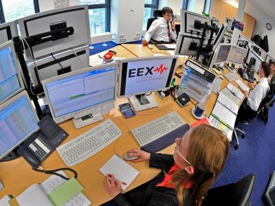 An der Energiebörse EEX werden auch CO2-Zertifikate gehandelt. Foto: Hendrik Schmidt/Archiv