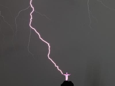 Göttliches Zeichen? Ein gewaltiger Blitz schlägt nahe der weltberühmten Jesus-Statue in Rio de Janeiro ein. Foto: Antonio Lacerda