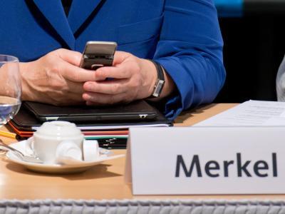 Merkel mit Handy