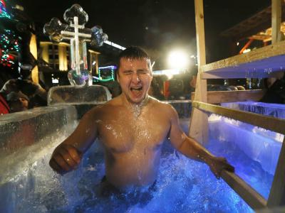 Frieren für Gott und die Gesundheit: Traditionelles Eisbad in Moskau. Foto: Yuri Kochetkov