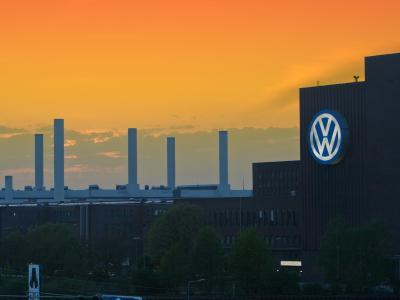 Das VW-Hauptwerk in Wolfsburg: Europas größter Autobauer erwartet nun volle Aufklärung vom ADAC. Foto: Jens Wolf/Archiv