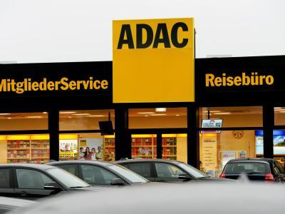 Ein Logo des ADAC auf dem Dach einer neuen Geschäftsstelle in Potsdam. Foto: Ralf Hirschberger