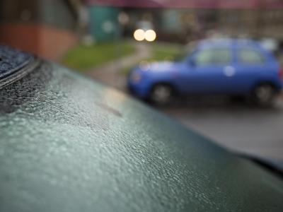 Auf der Frontscheibe eines Autos hat sich durch Regen eine Eisschicht gebildet. Foto: Hannibal