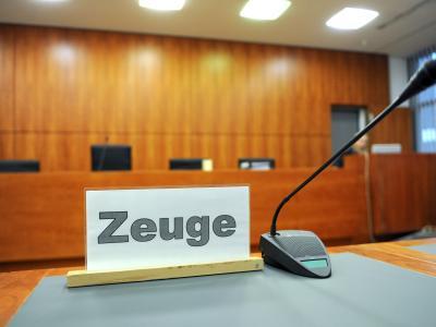 Blick über den Zeugenplatz:Ein Mann steht vor Gericht, weil er 171 Mal Kinder missbraucht haben soll. Foto: Uwe Zucchi