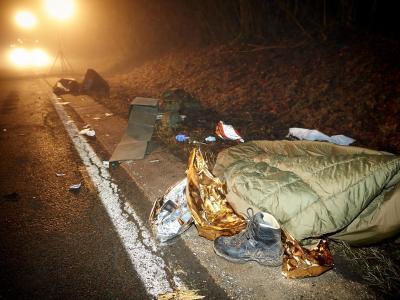 Ausrüstungsgegenstände der vom Auto erfassten Soldaten. Foto: Thomas Frey