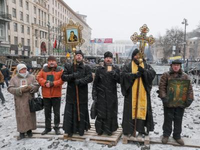 Ukrainische Priester zwischen den Fronten: Im Hintergrund die Protestler, nicht im Bild die Front der Sicherheitskräfte. Foto: Sergey Dolzhenko